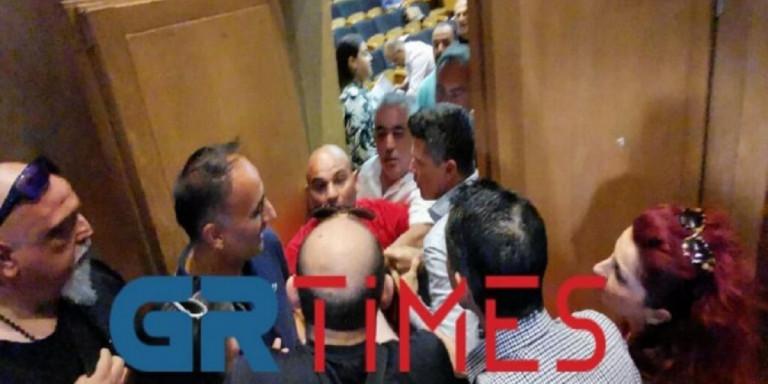 Καλαμαριά: Χάος στο δημοτικό συμβούλιο -Πιάστηκαν στα χέρια [βίντεο]   ΕΛΛΑΔΑ