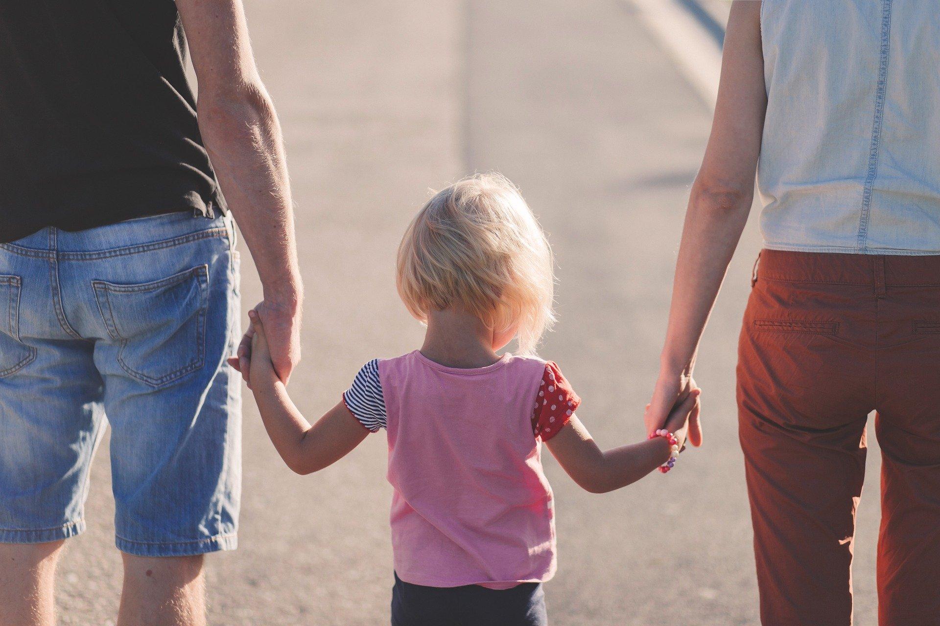 Ανάδοχοι γονείς – επίδομα έως 1.200 ευρώ: Οι δικαιούχοι και η πλατφόρμα paidi.gov.gr