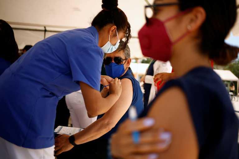 Το χρονοδιάγραμμα για την ανοσία της «αγέλης» - «Τρέχουν» για εμβολιασμούς και «Πράσινο Διαβατήριο»