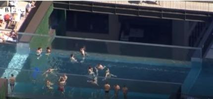 Λονδίνο: Απίστευτες εικόνες – Βουτιές σε εναέρια πισίνα