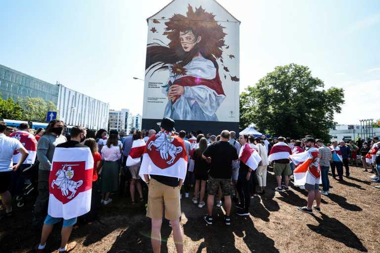 Οργή κατά Λουκασένκο από εξόριστους Λευκορωσούς στα σύνορα με την Πολωνία
