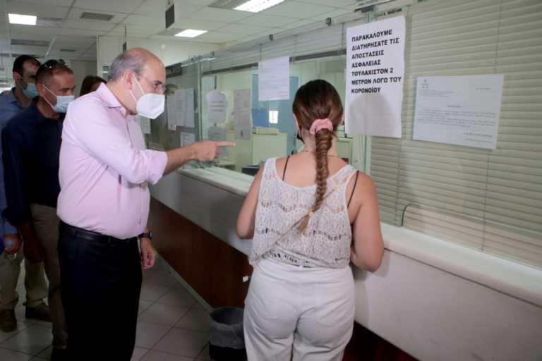 Στο ΚΕΠ Νέας Ιωνίας Κωστής Χατζηδάκης και Γιώργος Γεωργαντάς  – «Η συνεργασία με τον ΕΦΚΑ αποδίδει καρπούς»