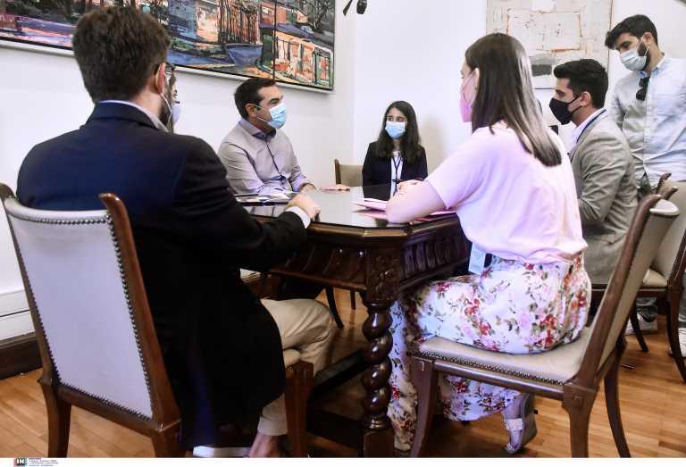 Αλέξης Τσίπρας – Είδε έφηβους βουλευτές: Όχι στον αποκλεισμό νέων από τα ΑΕΙ