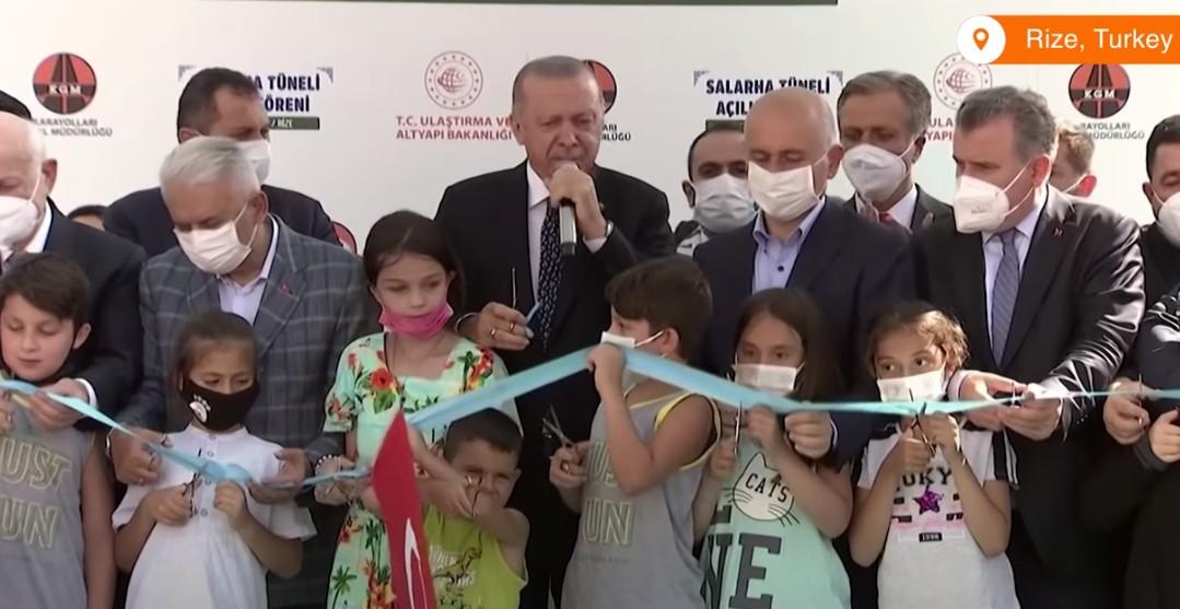 Δεκάχρονο παιδί κόβει πρόωρα την κορδέλα εγκαινίων και εκνευρίζει τον Ερντογάν