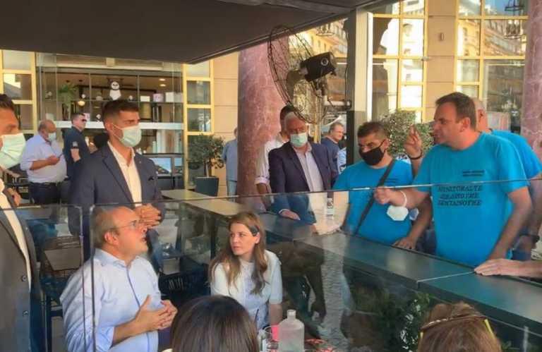 Κωστής Χατζηδάκης: Απολυμένοι εργαζόμενοι του τα «έψαλλαν» ενώ έπινε καφέ στη Θεσσαλονίκη