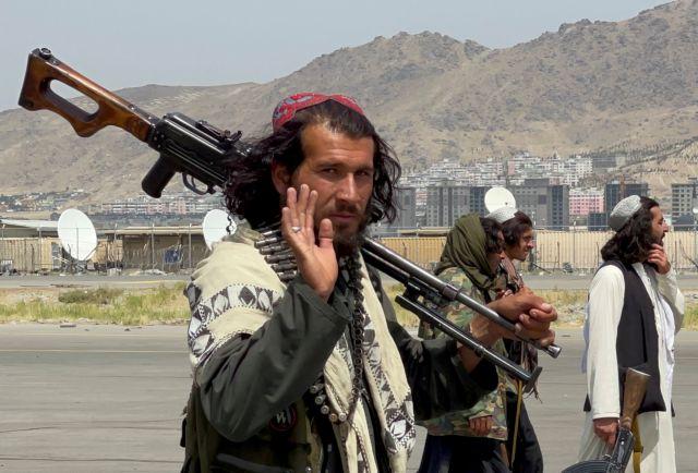 Ξέφρενα πανηγύρια των Ταλιμπάν για τη νίκη τους – Κάνουν παρέλαση μέσα σε αμερικανικά στρατιωτικά οχήματα