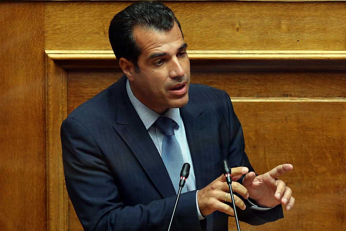 Πλεύρης: 6.412 υγειονομικοί σε αναστολή-Κόντρα με τον αστοιχείωτο Πολάκη στη Βουλή
