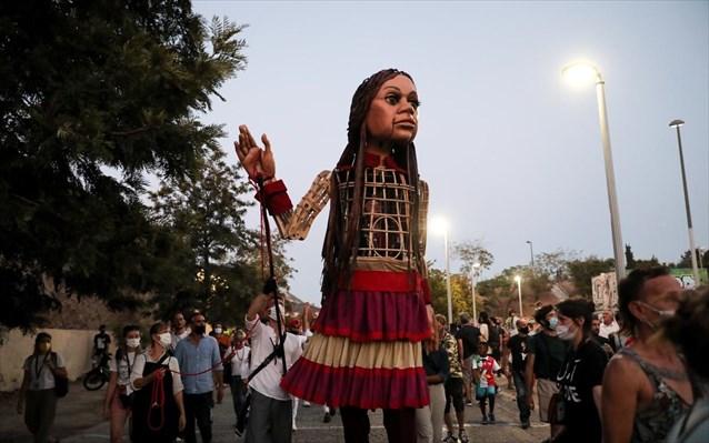 Υπό τους ήχους του «Άσμα Ασμάτων» η μικρή Αμάλ περιπλανήθηκε στο κέντρο της Αθήνας