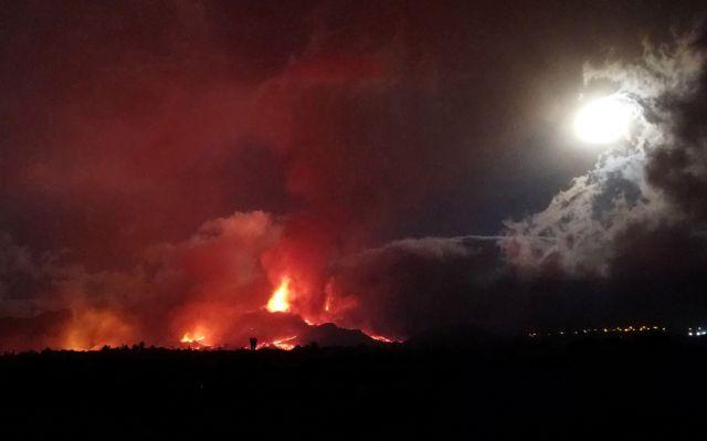 Λα Πάλμα – Εξακολουθεί να ρέει η λάβα από το ηφαίστειο – Συνεχείς εκκενώσεις οικισμών
