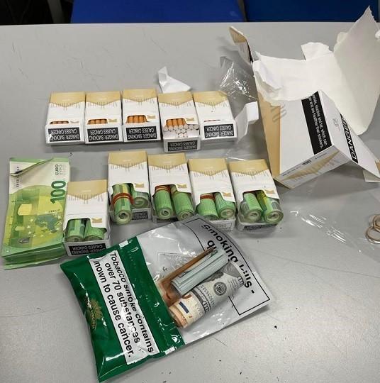 ΑΑΔΕ: Ο Μπαρτ εντόπισε €30.000 κρυμμένα σε πακέτα τσιγάρων (vid)