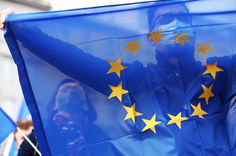 Πολωνία: Δεκάδες χιλιάδες πολίτες διαδήλωσαν υπέρ της Ευρωπαϊκής Ένωσης