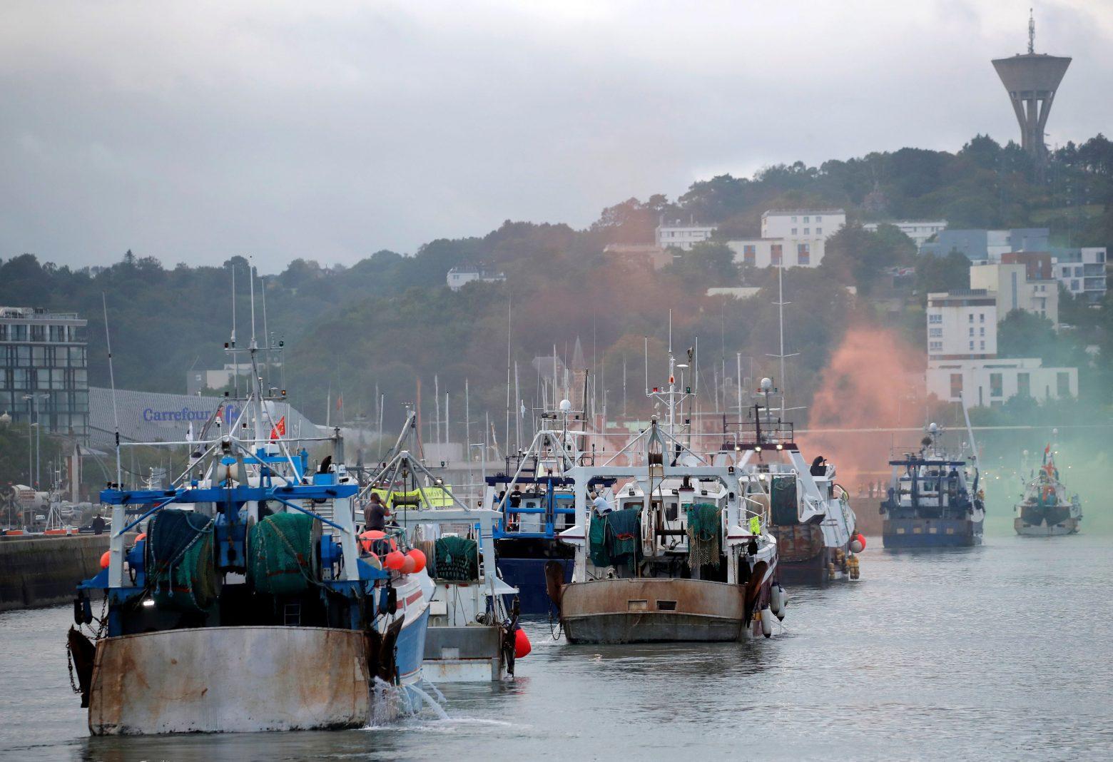 Πυρ και μανία οι Βρετανοί με τους Γάλλους ψαράδες - Απειλούν να βγάλουν έξω τον Στόλο